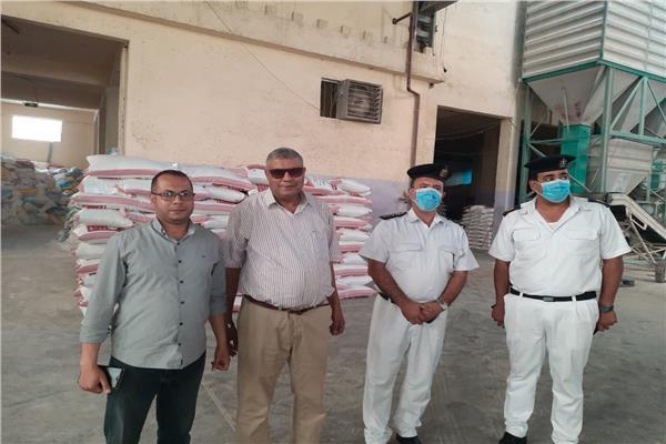 «الزراعة» ضبط 234 طن خامات وأعلاف بمصنع غير مرخص في كفر الشيخ