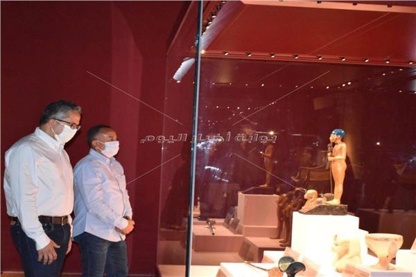 وزير السياحة يتفقد معرض كنوز الملك توت عنخ آمون بمتحف الغردقة