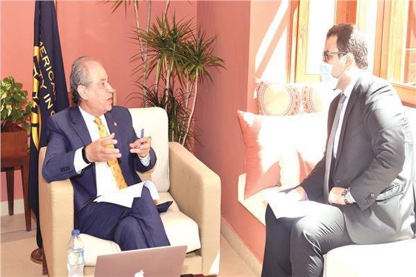 د. إيهاب عبدالرحمن رئيس الجامعة الأمريكية خلال حواره مع محرر الأخبار