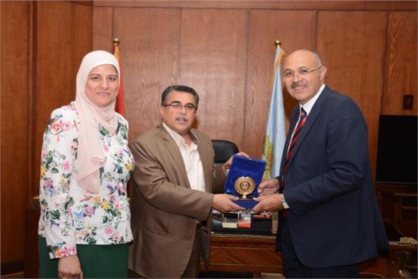 درع الهيئة العامة للاستعلامات للقائم بأعمال رئيس جامعة طنطا