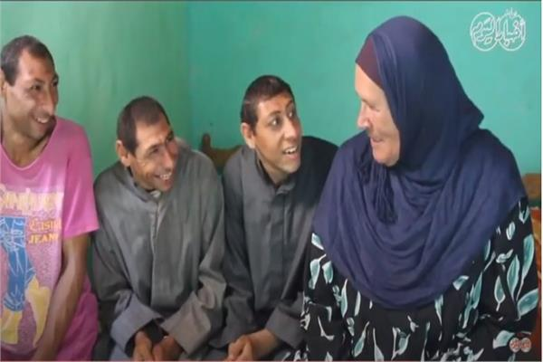 الحاجة روحية مع أولادها من ذوي القدرات الخاصة