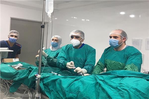 الفريق الطبي أثناء الجراحة