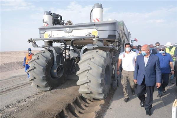 وزير النقل المهندس كامل الوزير يتفقد رصف الطرق بالصعيد