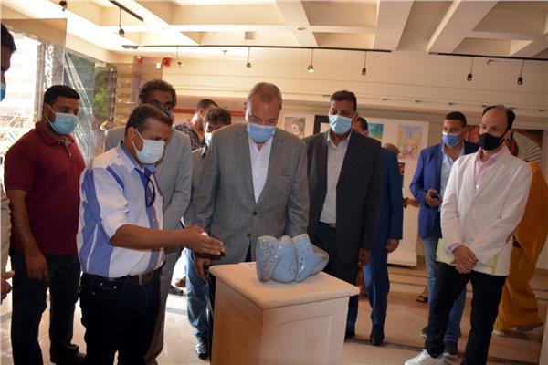 محافظ القليوبية خلال افتتاح معرض المشغولات الفنية