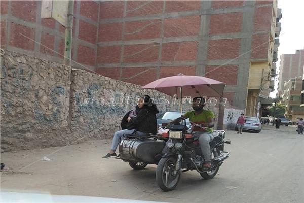 بالمظلة والموتوسيكل.. شباب طوخ بالقليوبية يكسبون لقمة العيش