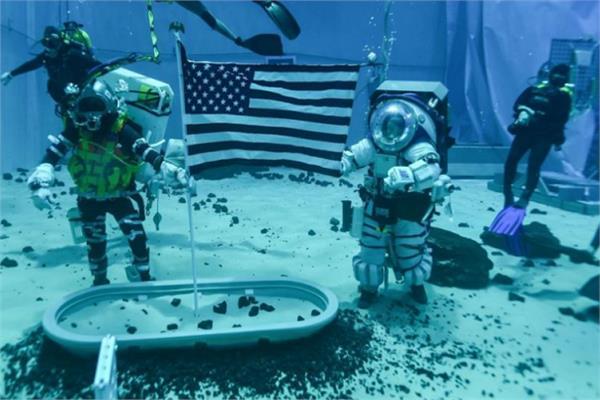 رواد ناسا يختبرون بدلة فضاء جديدة تمهيدا لرحلة القمر