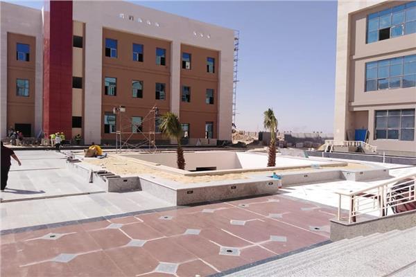 التشطيبات الأخيرة بمباني بعض كليات جامعة العلمين الأهلية