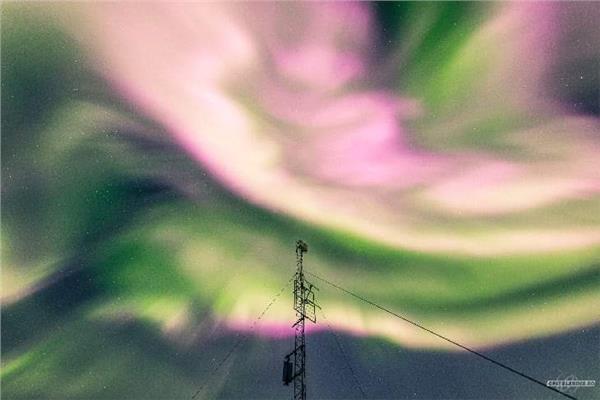 """صورة تعرف على سبب ظهور أضواء قطبية خضراء وردية بسماء """"ترومسو"""" النرويجية"""