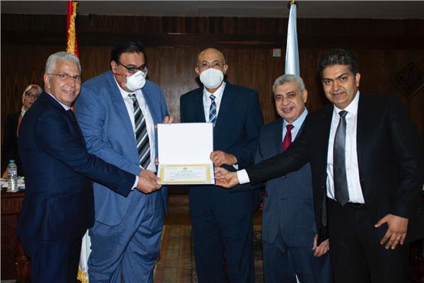جامعة طنطا تكرم 5 من أساتذة الطب تقديراً لجهودهم في مواجهة كورونا