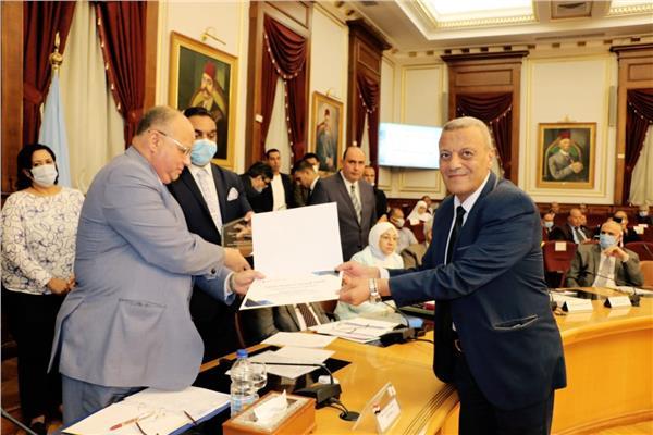 محافظ القاهرة يكرم فريق عمل البوابة الجغرافية بالعاصمة