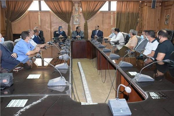 رئيس جامعة القناة يجتمع بمديرى الأمن بالكليات