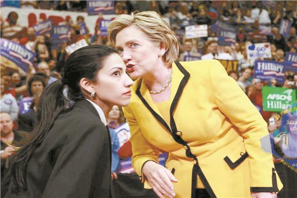 هيلارى كلينتون ومساعدتها الشخصية هوما عابدين