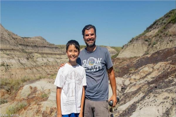 الطفل مكتشف الديناصور برفقة والده