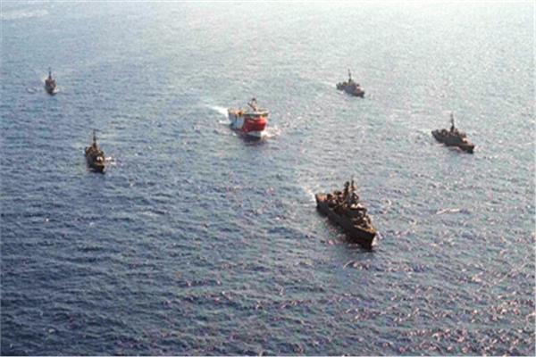 سفينة التنقيب التركية وسط قطع حربية تحرسها «صورة من روسيا اليوم»