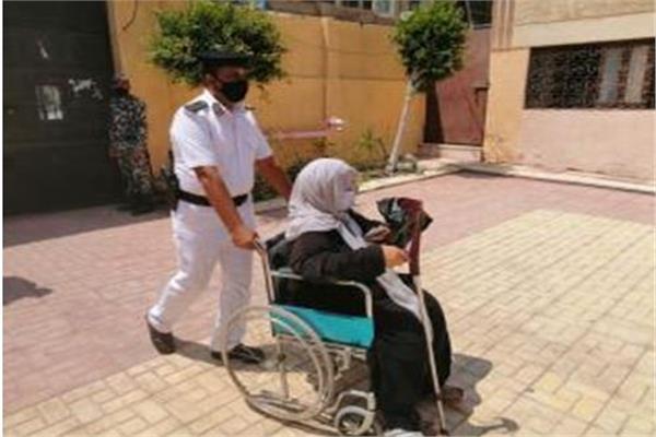 الشرطة تنقل كبار السن للجان الانتخابات
