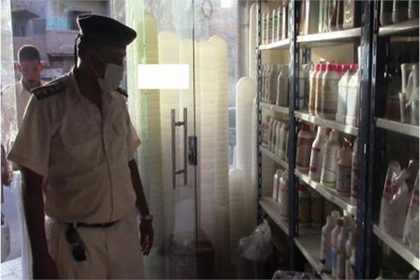 شرطة البيئة خلال حملاتها على المصانع غير المرخصة