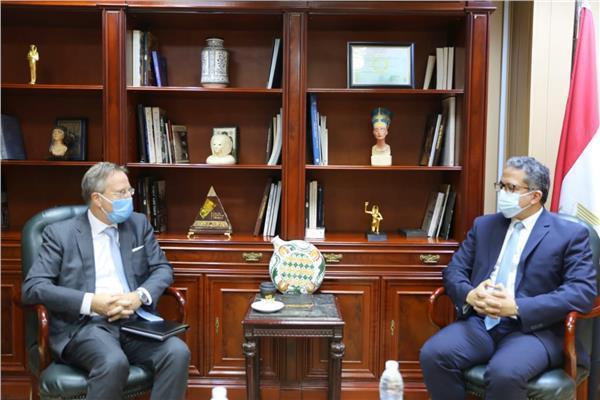 وزير السياحة والآثار الدكتور خالد العناني، مع سفير دولة الدنمارك الجديد بالقاهرة سفين أولينج