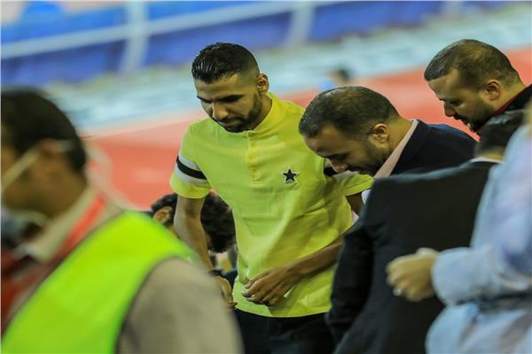 لاعبو الأهلي يساندون مؤمن زكريا أثناء تواجده بمدرجات ملعب الأهلي