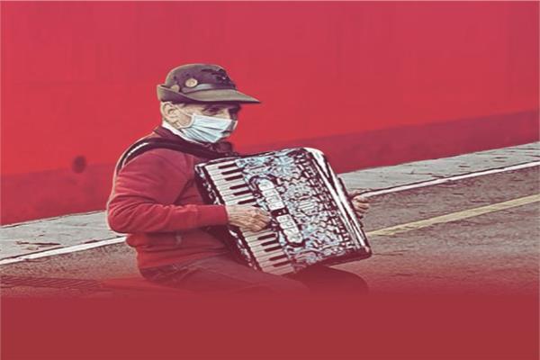 ستيفانو بوزيني يعزف لزوجته