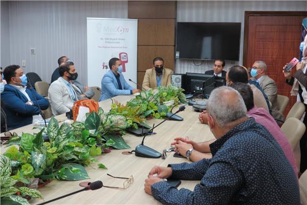 جانب من اجتماع هيئة الرعاية الصحية مع الجمعية المصرية لمنظار عنق الرحم