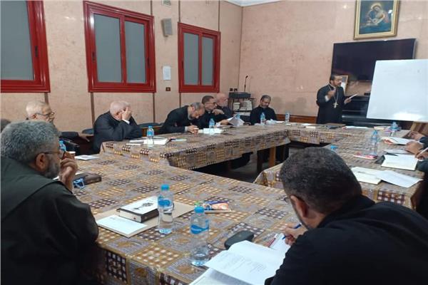الأنبا باخوم يلتقي بلفيف من الآباء الكهنة بمدرسة الكلمة بالفجالة