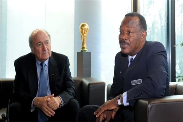 إيف جان بارت رئيس اتحاد الهايتي لكرة القدم ومعه جوزيف بلاتر الرئيس السابق للفيفا