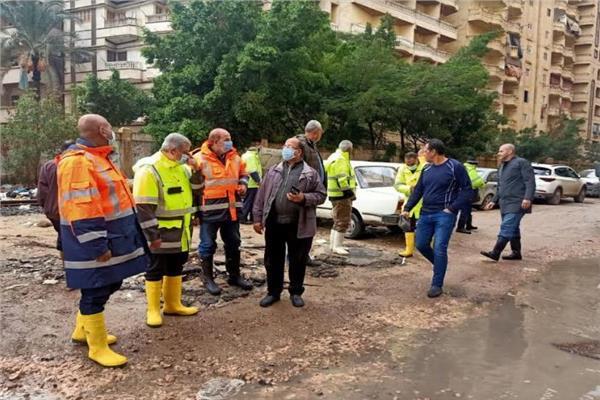 ممدوح رسلان رئيس الشركة القابضة لمياه الشرب خلال متابعة شفط المياه