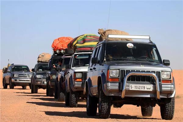 ليبيون يشاركون في رحلة سياحية داخلية بالقرب من مدينة الشويريف
