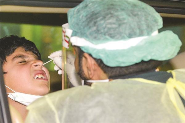 إجراء مسحة كورونا لأحد الأطفال