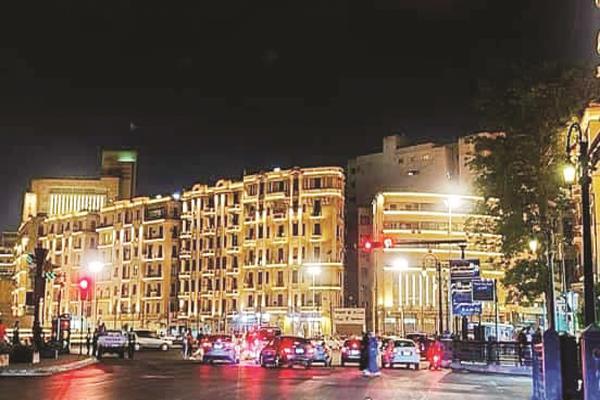 الأضواء تزين شوارع القاهرة في الليل