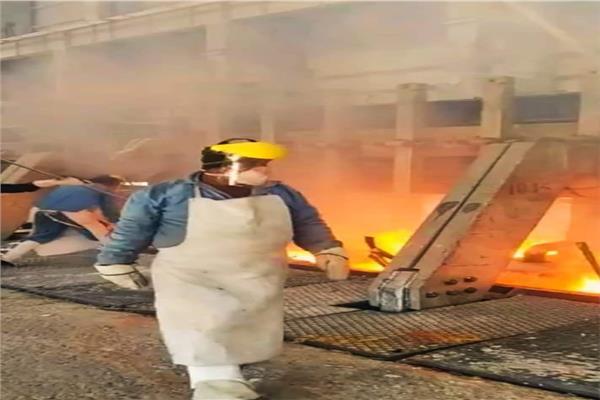 عمال مصنع الألومنيوم