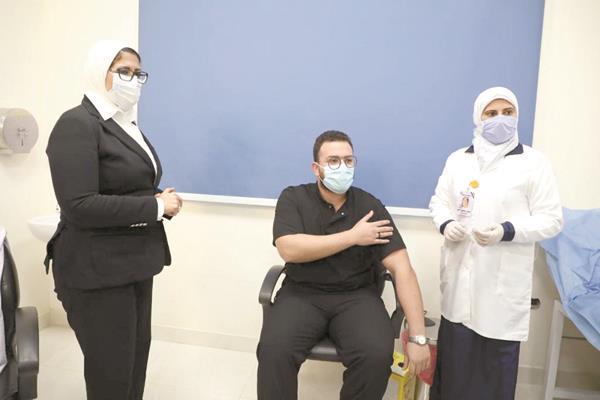 أحد الأطقم الطبية عقب تلقى لقاح كورونا