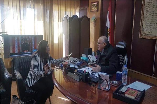 الإعلامى محمد نوار رئيس الإذاعة أثناء حواره للأخبار المسائي