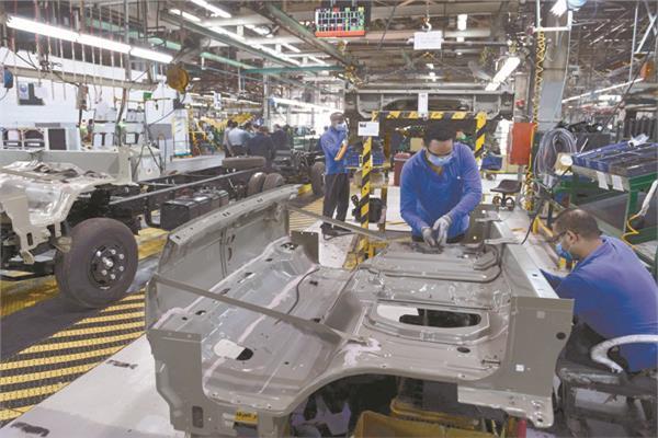 العمل يتواصل بشكل كبير فى مصانع تجميع السيارات لزيادة معدلات الإنتاج