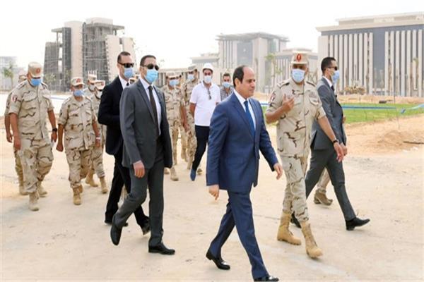 الرئيس السيسي في إحدى جولاته بالعاصمة الإدارية