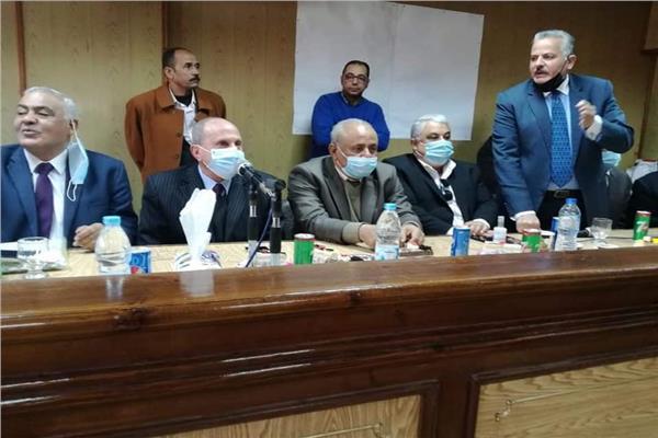 جانب من اجتماع رئيس القناة لتوزيع الكهرباء مع العاملين