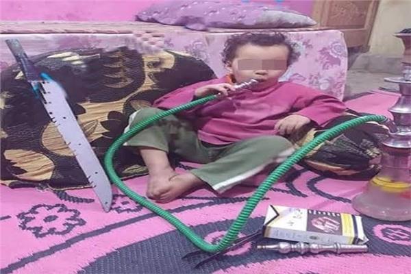 ضبط المتهم بتصوير طفل يدخن «شيشة» وبجواره «سنجة» بقنا