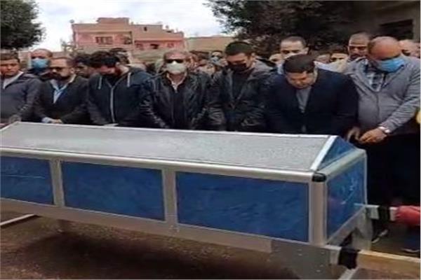 خالد يوسف خلال جنازة شقيقه
