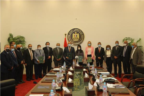 ممثلو «التعاون الدولي» وبنك التنمية الأفريقي بعد التوقيع
