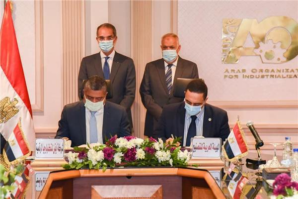 وزير الإتصالات ورئيس الهيئة العربية للتصنيع خلال توقيع البروتوكول