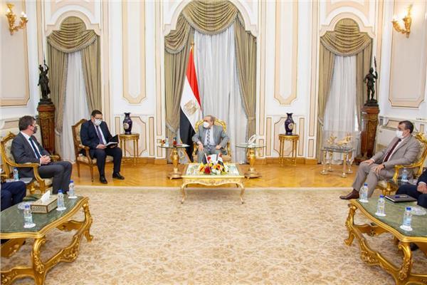 وزير الانتاج الحربي خلال استقبال سفير بلجيكا