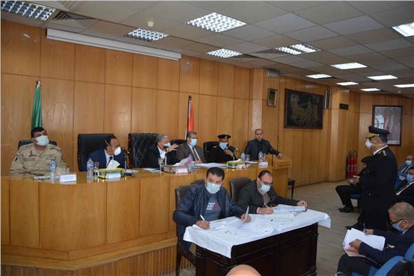 اجتماع محافظ المنيا مع روؤساء المدن