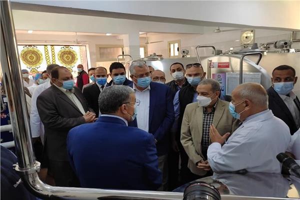 وزيرا الزراعة والدولة للإنتاج الحربى خلال افتتاح مركز تجميع الألبان بأبو قرقاص