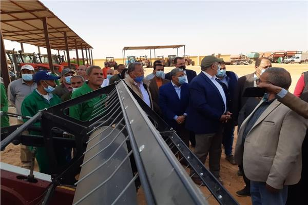 وزيرا الزراعة والانتاج الحربى ومحافظ المنيا  يتفقدون مشروع استزراع 20 ألف فدان