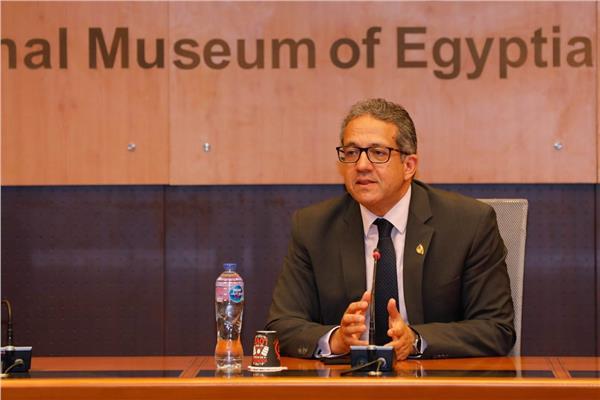 وزير السياحة و الآثار
