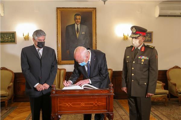 الرئيس التونسي خلال  توقيعه في دفتر زيارات ضريح الزعيم الراحل جمال عبد الناصر