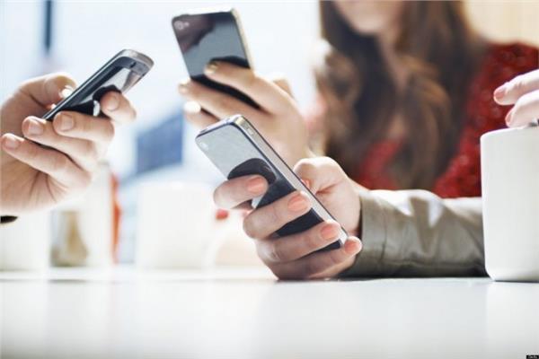 صورة هل الإفراط في استخدام الهواتف الذكية يزيد من خطرالإصابة بسرطان القولون؟