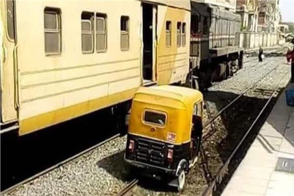 توك توك يسابق قطار
