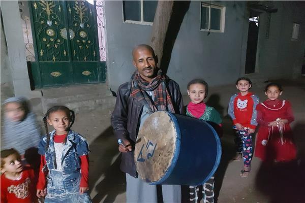 «آدم» مسحراتي المنيا.. أغنية بالطبلة لكل طفل في «عرب أبو قتلة»
