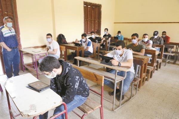 طلاب الثانوية العامة خلال أداء الامتحان التجريبى